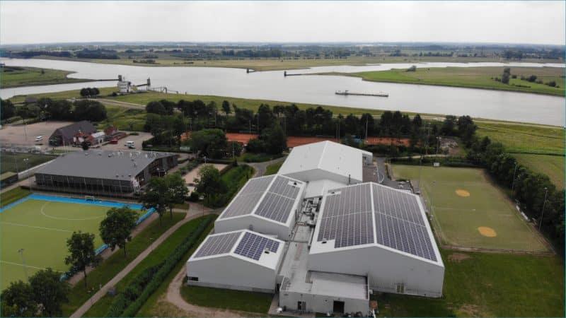 Filmpje van installatie zonnepanelen op de Turnhal in Wijk bij Duurstede
